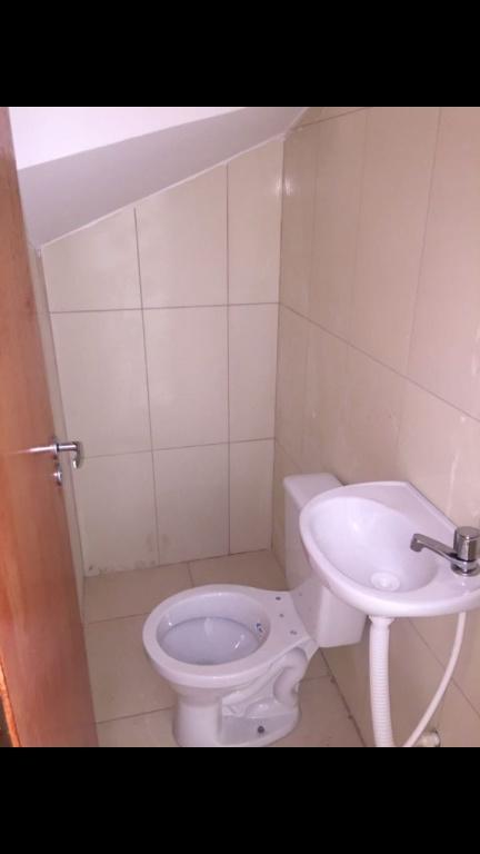 Banheiro social do condomínio fechado com 2 dormitórios em TUPI - PRAIA GRANDE