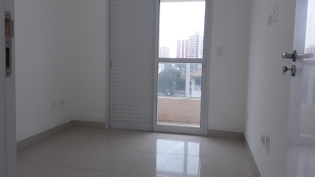 Suíte do apartamento com 2 dormitórios em CANTO DO FORTE - PRAIA GRANDE