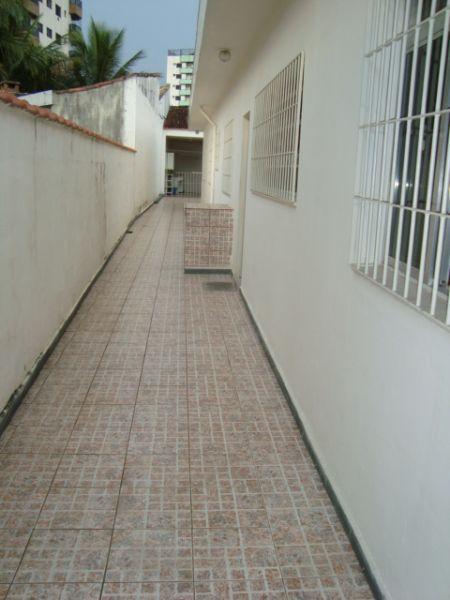 Corredor lateral do casa geminada com 3 dormitórios em GUILHERMINA - PRAIA GRANDE