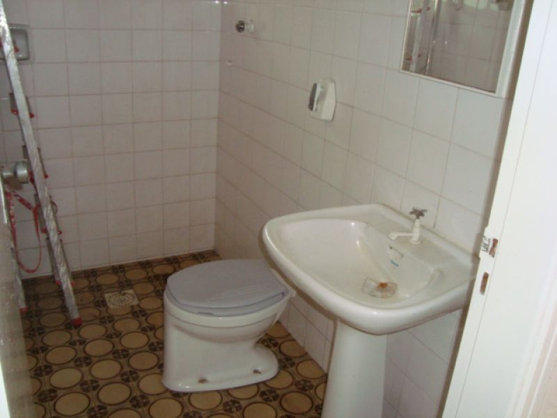 WC edícula  do casa geminada com 3 dormitórios em GUILHERMINA - PRAIA GRANDE