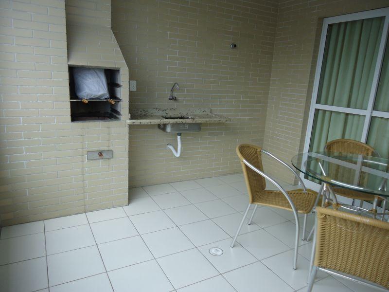 Churrasqueira e pia na sacada do apartamento com 3 dormitórios em GUILHERMINA - PRAIA GRANDE