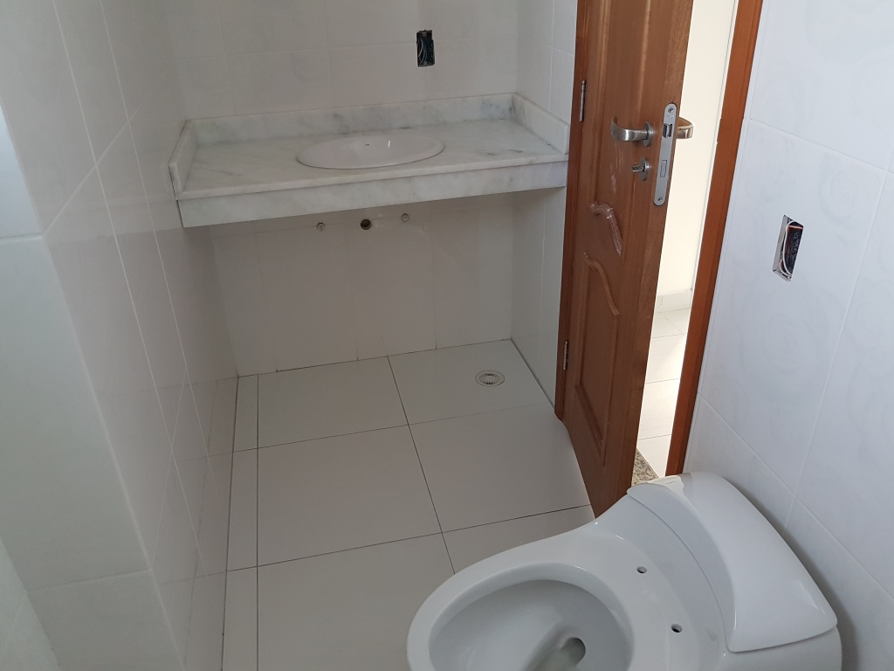 WC suíte 01 ang 02 do apartamento com 3 dormitórios em CANTO DO FORTE - PRAIA GRANDE